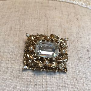 🦋Gold toned vintage brooch, filigree leaves🦋